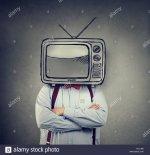 hombre-de-negocios-con-televisor-en-lugar-de-su-cabeza-en-la-pared-gris-antecedentes-rjj1m2.jpg